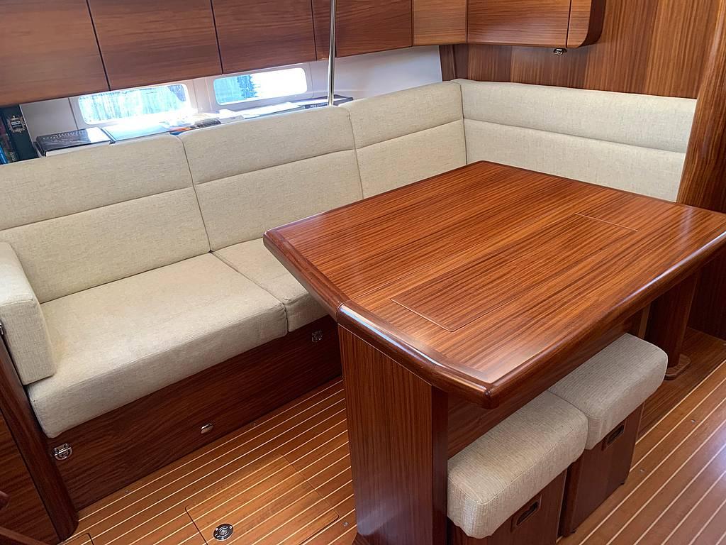 Innenraum - Sitzecke der Sunbeam 42.1